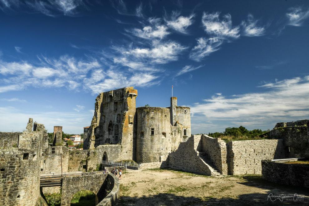 Chateau de clisson domine la ville en véritable forteresse