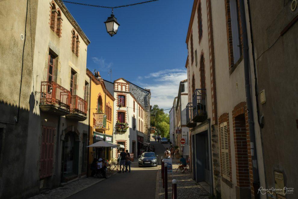 Rue Saint Antoine avec son glacier célèbre à clisson